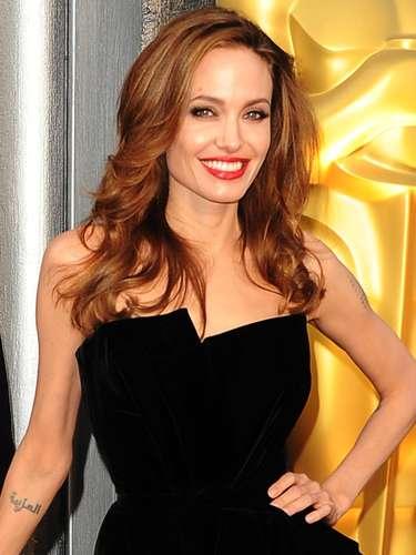 Además de ser sexy e irrestible, Angelina Jolie suma otra característica similar a Brad Pitt, la zurdera.