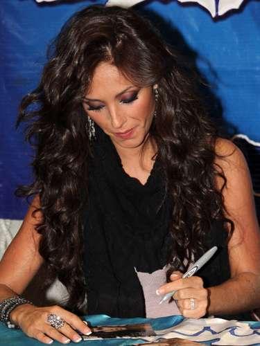 Anahí, exintegrante de RBD, nunca ha ocultado su condición de zurda y siempre regala autógrafos a sus querídisimos fans con esa mano.