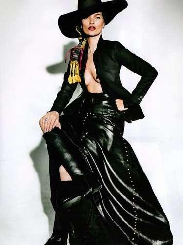 El elegante color negro no podía faltar en esta sesión en la que Kate deja ver parte de sus senos con una blusa abierta.