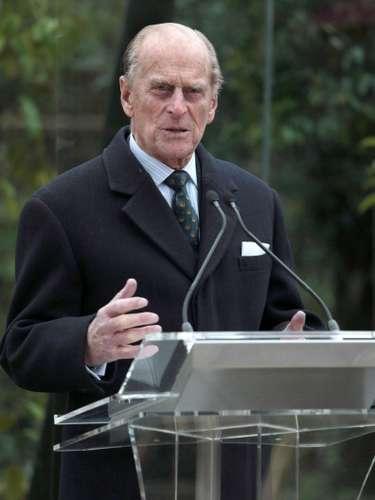 El Duque de Edimburgo, esposo de la reina Isabell II de Inglaterra, es conocido por sus comentarios poco apropiados. El último fue durante una visita al Hospital Dunstable, en Luton. Mientras saludaba al personal médico del centro, delante de una enfermera filipina le dijo: \