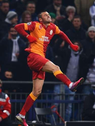 El turco Burak Yilmaz es el otro que pelea el título de goleo con los dos mejores jugadores de la actualidad. El goleador del Galatasaray tiene 8 goles en el torneo y tiene al menos un partido más para ponerle presión a Messi y Cristiano