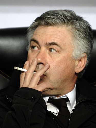 El entrenador italiano Carlo Ancelotti también ha tenido de compañero al cigarro en el campo de juego. Ahora, sólo se le ve fumando en algunos entrenamientos del PSG, aunque fue captado infraganti en un juego de la Europa League en 2009, pese a que está prohibido desde 2003.