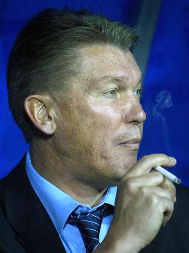 Finalmente, tenemos a una de las leyendas del fútbol soviético y ucraniano, Oleg Blokhin, quien fue captado fumando en el banco durante las eliminatorias rumbo al mundial de Alemania 2006.