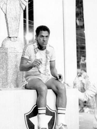 El difunto delantero brasileño Garrincha tenía serios problemas con el tabaco y el alcohol. Incluso, falleció en la miseria, según los médicos como consecuencia de \