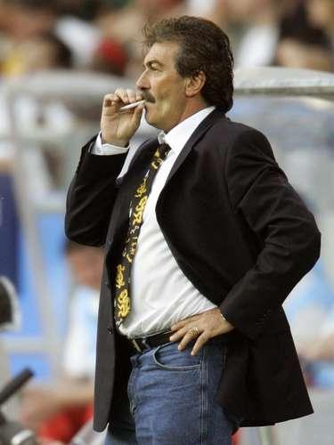 Otro de los técnicos fumadores famosos es el argentino Ricardo Antonio La Volpe, quien al parecer ya lo dejó debido a problemas de salud que tuvo hace algunos meses. El 'Bigotón', durante décadas, no dejaba el vicio del cigarro. Prácticamente, en todos los equipos que ha dirigido, hay una imagen del estratega con un cigarro.
