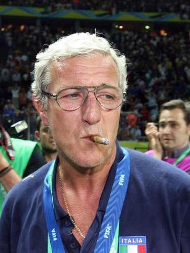 Otro conocido por su adicción al tabaco es el italiano Marcello Lippi, quien protagonizó un polémico festejo en el Mundial de Alemania 2006, al encender y fumarse un puro luego de que la selección italiana ganara el título mundial.