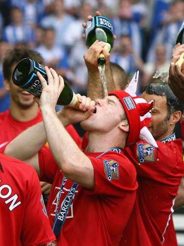 Otro conocido por su gusto por la fiesta es el delantero inglés Wayne Rooney, quien no sólo disfruta de la champaña en los festejos del Manchester United, sino que ha sido captado varias veces bebiendo y fumando, como en su luna de miel.