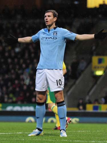 Edin Dzeco es el mejor anotador de Manchester City con 12 goles.