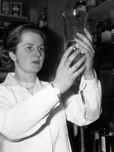Fotografía de la década de los 50 en dónde Margaret Thatcher aparece en su trabajo cómo investigadora en química