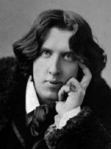 El escritor y poeta Oscar Wilde a lo mejor es pariente muy lejano de Grant puesto que los dos son ingleses.