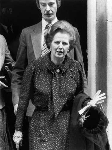 Para este tipo de look capilar Thatcher aseguró ser fiel a los rulos de la marca Carmen y, por supuesto, a la laca.En la imagen , en 1982,día de la intervención militar en las Malvinas.