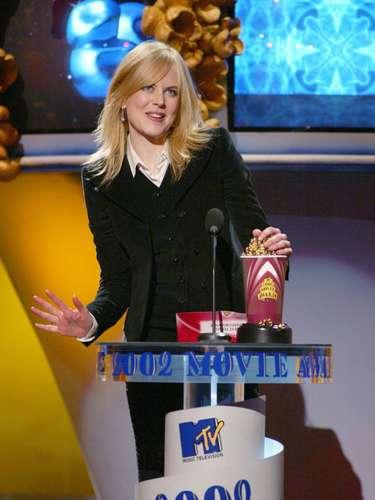 La melena roja de Nicole Kidman, quien en 2002 se llevó el premio a Mejor Actuación Femenina, combinaba perfecto con su trofeo que esta vez apareció de dramático escarlata.