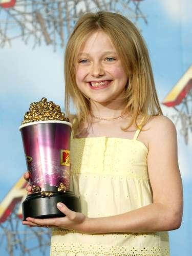 En el 2005 la tierna Dakota Fannig tuvo a su cargo presentar el ganador de la categoría de Mejor Película. En sus manitas lucía espectacular la pieza en color fucsia.