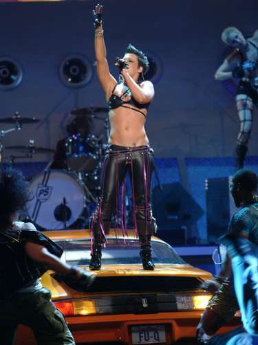 Pink y sus abdominales de acero prendieron al público presenten en la ceremonia de los MTV Movie Awards 2003.