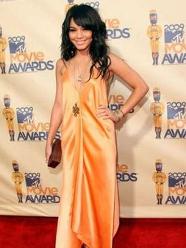 Vanessa Hudgens. Con un vestido largo y satinado de color melocotón de Max Azria, la joven lució muy chic y delicada. Un acierto para el evento.