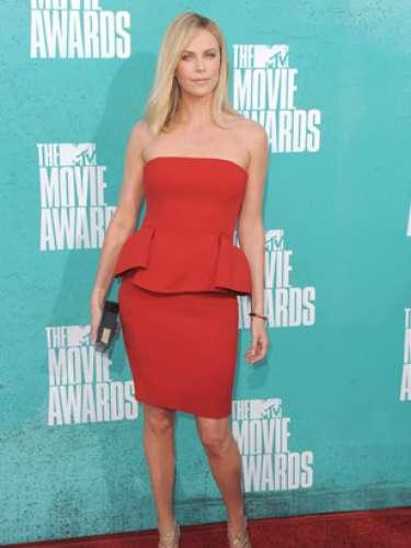 2012 - Charlize Theron. Esta minimalista actriz dejó ver toda su belleza gracias al fabuloso diseño en rojo de Lanvin. Acertada resulta su elección de zapatos plateados con rojo pasión.