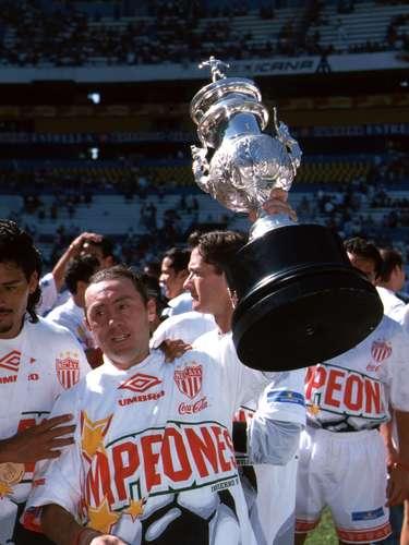 Alex Aguinaga es por mucho el mayo ícono en la historia del Necaxa; el ecuatoriano registra los tres campeonatos de la institución en Primera División, jugó 14 años para esta oncena y logró 84 anotaciones.