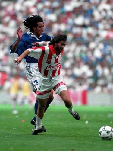 El chileno Ivo Basay ha sido uno de los delanteros más finos y desequilibarntes; fue monarca de goleo en la temporada 1992-93, merced de 27 dianas y en total hizo 113tantos con el Necaxa, cifra que el vale ser su segundo máximo artillero.