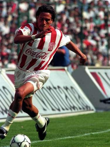 Luis Hernández debutó en el Monterrey, pero a temprana edad fue comprado por el Necaxa, donde el 'Matador' encumbró su carrera a tal punto de convetirse en el centro delantero de la Selección Mexicana y tener un gran Mundial a título individual en Francia 98'.