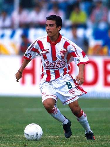 Luis Pérez se formó en las Fuerzas Básicas 'rojiblancas' y desde sus inicios rindiió como un buen escudo yde fino tratoal balón.