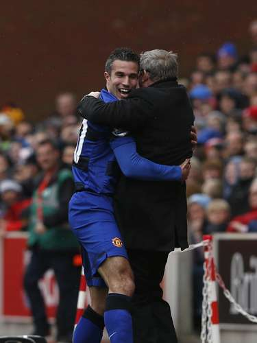 Manchester United's Robin Van Persie (L) celebrates his goal against Stoke City with manager Alex Ferguson. REUTERS/Eddie Keogh