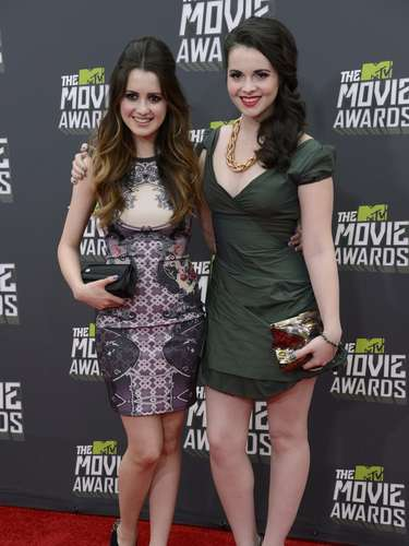 Guapísimas las actrices  Laura y Vanessa Marano en los Movie Awards.
