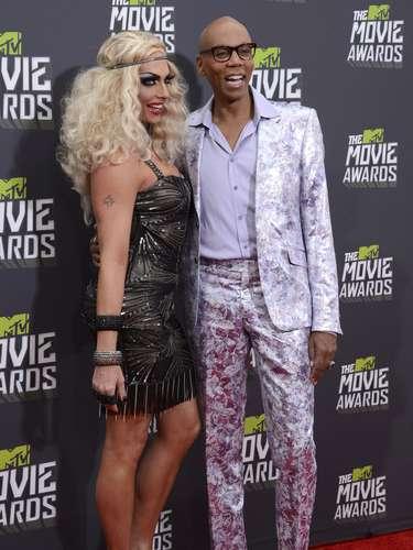 RuPaul decidió dejar las pelucas en casa o se las prestó a su acompañante a los MTV Movie Awards.