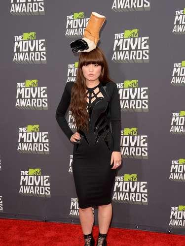 La actriz cómica Hana Mae Lee decidió tomarse la alfombra roja de los MTV Movie Awards y ser el centro de todas las miradas con su curioso sombrero antitabaco.