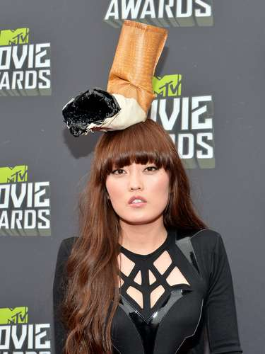 Mae Lee lució un gigante cigarrillo apagado en la cabeza para la alfombra roja de los MTV Movie Awards 2013