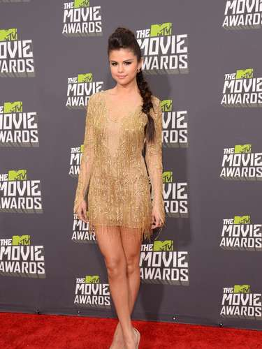 Selena Gómez se pone cada día más linda. Así, de dorado, llegó a la alfombra roja de los MTV Movie Awards, el 14 de abril de 2013, en Los Angeles.
