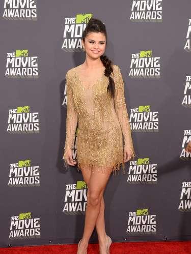 Selena Gomez mostró mucha pierna en ese vestidito dorado que llevaba. La actriz y cantante enseñó de lo que se perdió Justin Bieber.