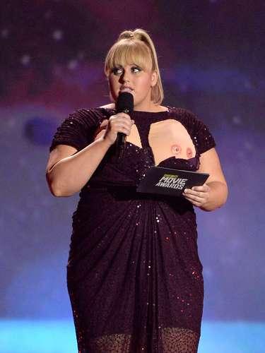 Si hay algo que dará de qué hablar acerca de los MTV Movie Awards del 2013, será la participación de Rebel Wilson como conductora de la velada donde a ella se le 'salió' uno de sus pechos ante la mirada atónita de miles de fans. Ah, pero f;ijate bien... era sólo un disfraz... con dos pezones. ¡Weird!