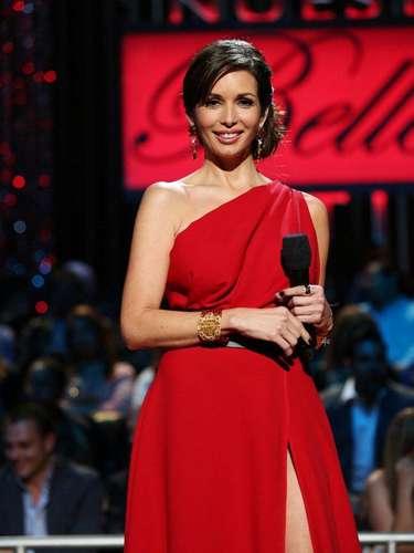 Para la gala de esta noche Giselle deslumbró con este espectacular traje de un solo hombro, en color rojo pasión, un estilo muy favorecedor que la hizo ver espléndida.