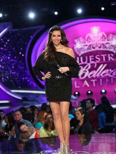 La conductora del evento, la bella Giselle Blondet lució muy sexy durante esta noche enfundada en este mini vestido negro de un solo hombro, un estilo femenino y que hace robar suspiros.