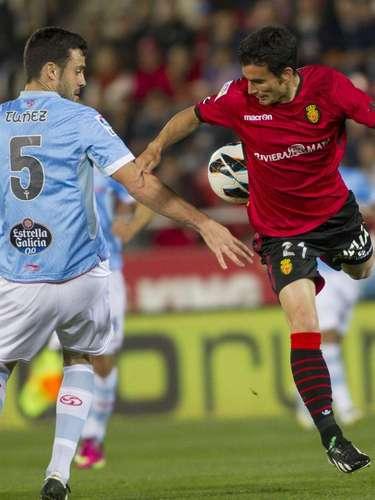 El delantero del RCD Mallorca Alejandro Alfaro (d) disputa un balón con el defensa venezolano del Celta de Vigo durante el partido de la trigésimo primera jornada de Liga de Primera División que se juega esta noche en el Iberostar Estadio