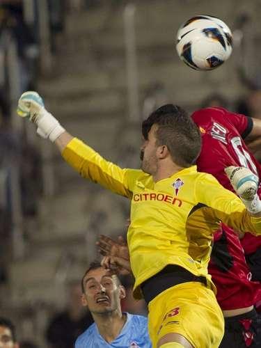 El portero del Celta de Vigo Javier Varas despeja un balón durante el partido de la trigésima primera jornada de Liga de Primera División que se juega esta noche frente al Mallorca, en el Iberostar Estadio