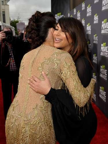 Tras el consabido abrazo, Selena le dijo a Kim que la dejaba sola para que pudiera posar ante las cámaras... ¡y se retiró!