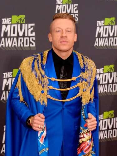 La llamativa capa azul del rapero Macklemore, causó mucho impacto en la ceremonia de los premios MTV Movie Awards 2013. ¡Quizá quería lograr una mala versión de Batman!, parece que lo logró