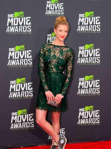Caitlin Gerard destacó por su combinación rocambolesca de un vestido de fiesta y unas zapatillas deportivas