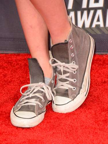 Las zapatillas deportivas medio sucias y sin amarrar que acompañaron el look irreverente de la actriz Caitlin Gerard