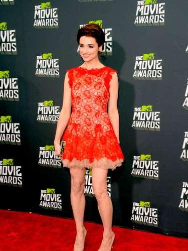 La combinación nude del vestido de encaje de Crystal no le quedaba muy bien. Si te fijas, ¡parece que está descalza!