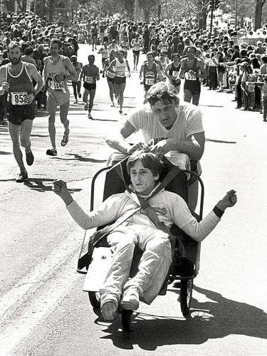 Padre e hijo forman el equipo Hoyt, y ambos comenzaron a participar de distintas competencias atléticasluego de que Rick, mediante una computadora especial, le pidiera a su padre que participaran de una competencia estudiantel. En total, ya participaron de 31 maratones de Boston consecutivas.