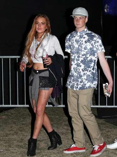 No podía faltar Lindsay Lohan, que no se lleva un sobresaliente en estilo con este top que deja sus redondeces al descubierto. En esta ocasión estuvo acompañada de su hermano Cody.