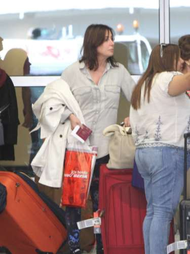 Las dosmujeresse han dejado ver a su llegada al aeropuerto de Miami. Tras recoger el equipaje, las dos féminas se desplazaron hasta una isla privada de Miami Beach.