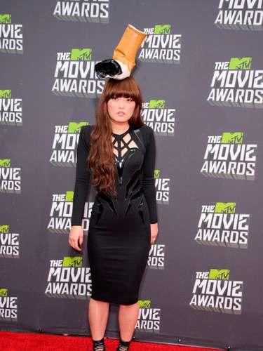 El sorprendente sombrero de colilla de la actriz Hana Mae Lee, dejó a todos los asistentes atónitos en la ceremonia de los MTV Movie Awards 2013