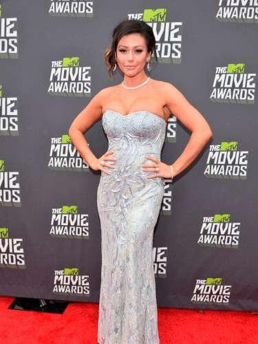 ¡Qué sofisticada y se sexy se ve Jennifer Farley de 'Jersey Shore'!. Su vestido largo y ceñido, color perla, le hace honor a su fabulosa figura