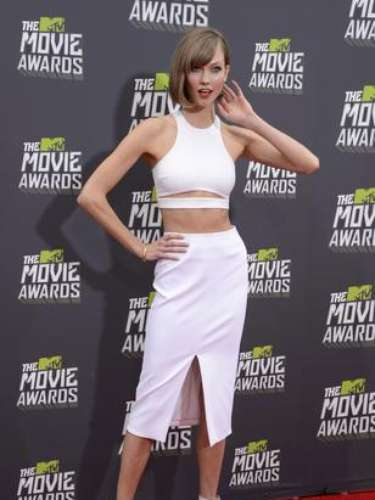 Toda de blanco va la modelo Karlie Kloss a los MTV Movie Awards 2013. ¡Seguro hace mucho calor en California!