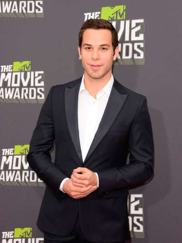 El actor Skylar Astin, comenzó su carrera en 2006, interpretando a Georg en el musical de Broadway, Spring Awakening