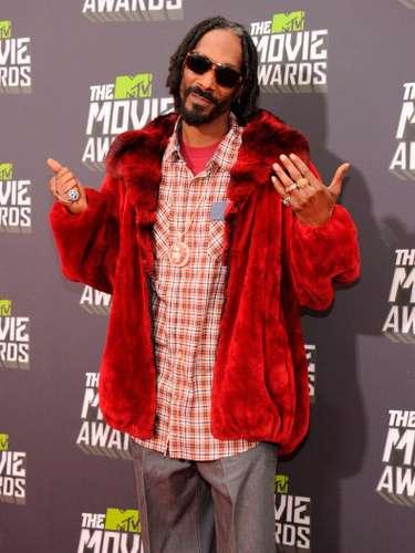 El rapero Snoop Dogg ha llamado la atención por llevar un abrigo de piel en tono rojo.