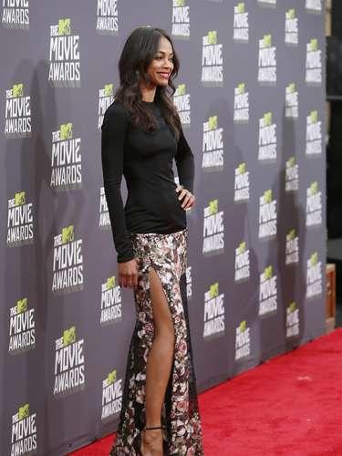 No hace falta mostrar demasiado para ser sexy y eso lo sabe muy bienZoe Saldana. La actriz presumió el escote de su vestido que dejaba ver su sexy pierna por un lado. ¡Mamacita!